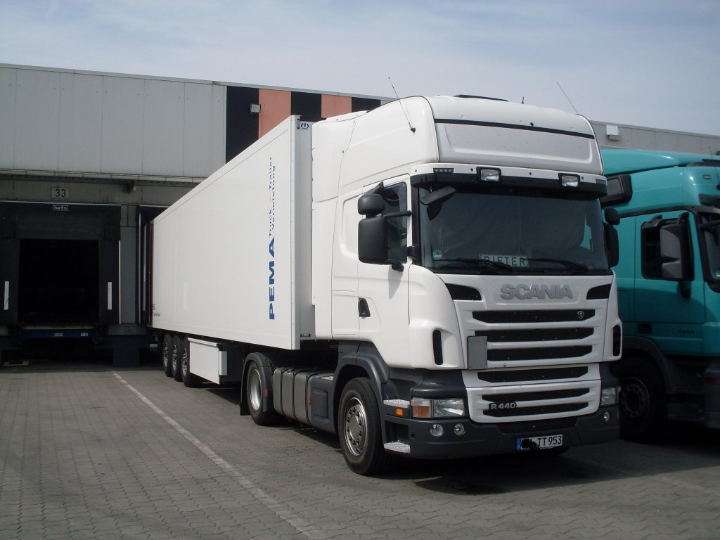 The New Scania R400 Topline steht mit Kühlauflieger bei ...